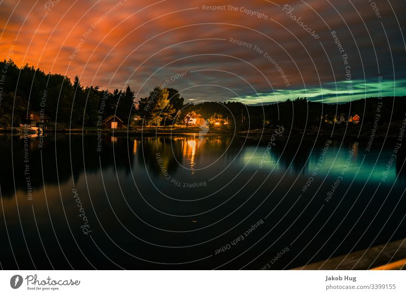 Sonnenuntergang mit schöner Wasserspiegelung an einem See in Norwegen Abendrot Natur Spiegelung Spiegelung im Wasser Himmel Landschaft Fluss Sonnenaufgang Stadt