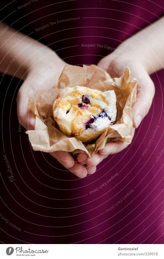 Homemade Lebensmittel Teigwaren Backwaren Kuchen Dessert Süßwaren Ernährung Kaffeetrinken Slowfood feminin Junge Frau Jugendliche Hand 1 Mensch lecker schön süß