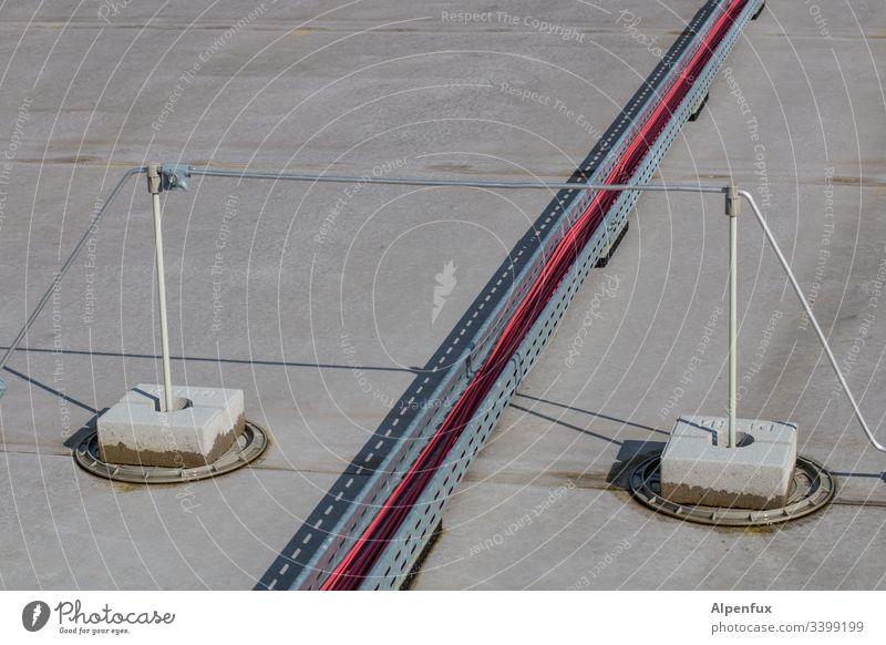 Power-Bridge Brücke überbrückung Außenaufnahme Stromtrasse Menschenleer Farbfoto Tag Kabel blitzableiter Elektrizität Starke Tiefenschärfe Energiewirtschaft