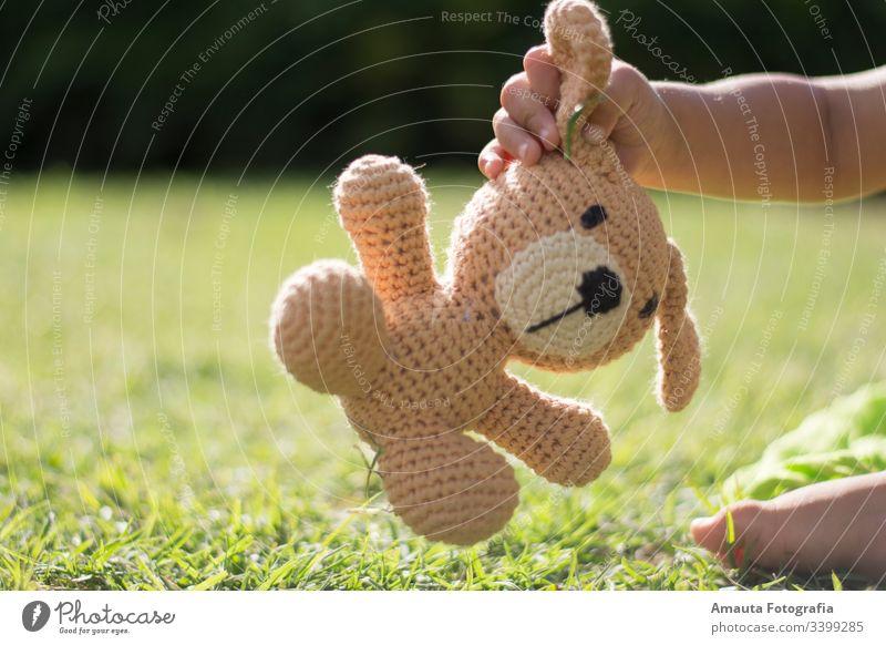 Junge hält sein Stofftier im Park Freund altehrwürdig Spielzeug Kindheit spielen Bär Teddybär heimwärts reisen Raum Sitzen Baby Umarmung niedlich Leben