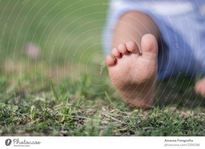 Baby-Fußsitzen in einem Park Kind Pflege Masseur Menschen horizontal im Innenbereich Sohle Osteopath Haut medizinisch zu Hause Hand Therapie osteopathische