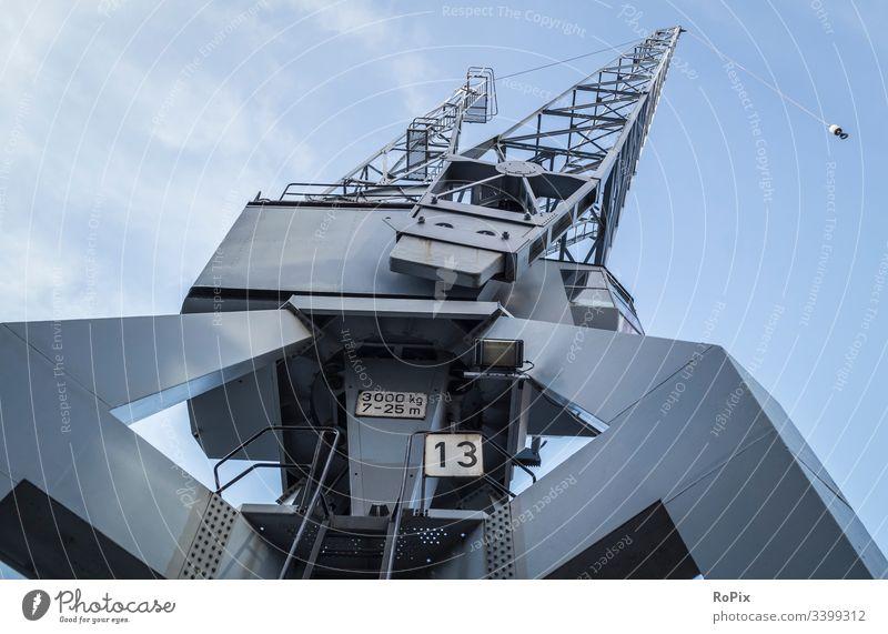 Historischer Kran im Hafen von Hamburg. Hafenkran Pier lift Maschine Technik Mechanik machine Stahlbau Gittertragwerk Leiter Ausleger kette Kettenrad Fachwerk