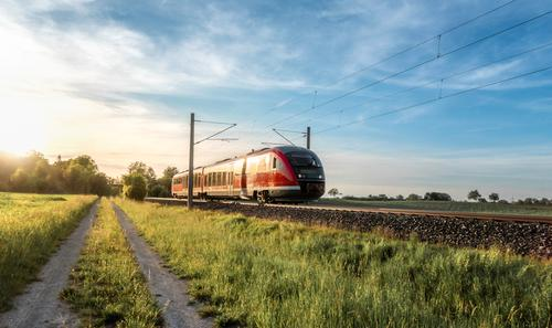 Personenzug an einem sonnigen Sommertag in Deutschland Deutscher Zug Eisenbahn Blauer Himmel umweltfreundlich Elektrofahrzeug Europa Europäer goldene Stunde