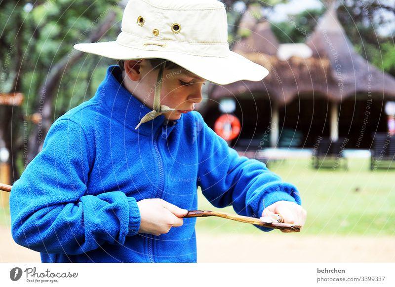 back to the roots | als männer noch echte kerle waren Cool Coolness Cowboyhut Hut frech aufmerksam Junge Kind Familie & Verwandtschaft Kindheit schnitzen Messer