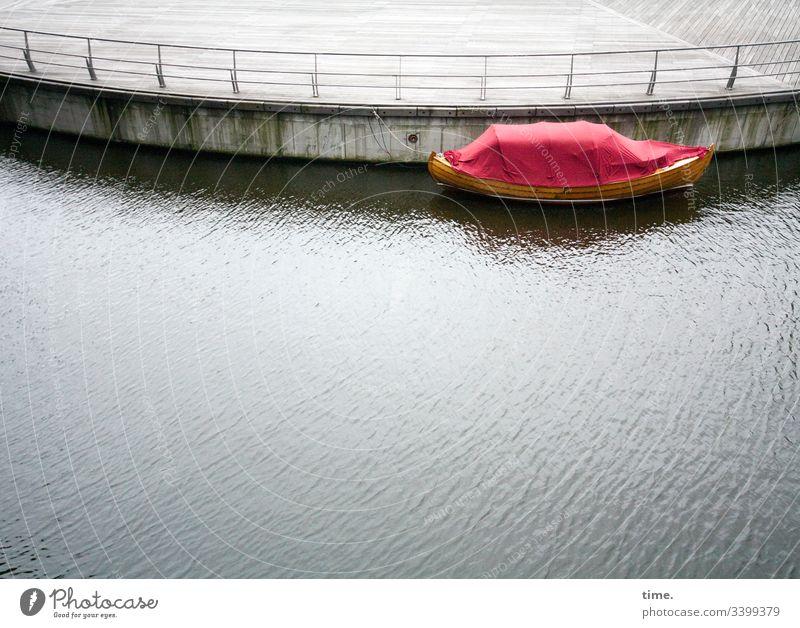 voll verplant (7) plane kunststoff abdeckung schutz sicherheit laderaum transport falte faltenwurf geheimnis inspiration geschlossen zu rot reflexion boot