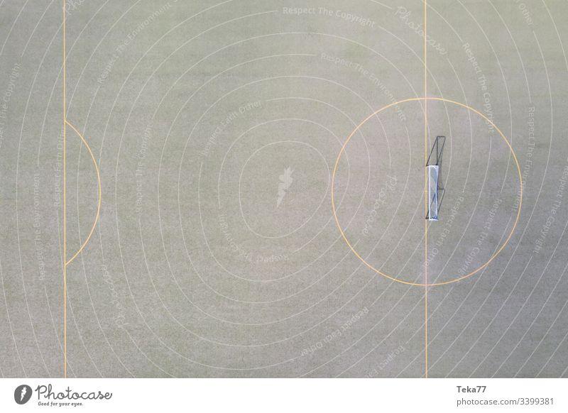 ein Fußballfeldtor von oben Fußballtor Linien Sport Sportplatz grün kleiner Fußballplatz Gras Sonne Schatten