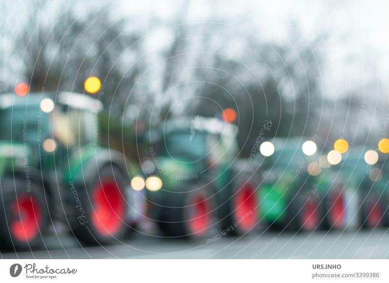 Traktorkonvoi zur Bauerndemo Versammlung Düngemittel-Politik Landwirte protestieren Agrarpolitik Demo Trekker Protest der Bauern Ackerbau Kundgebung