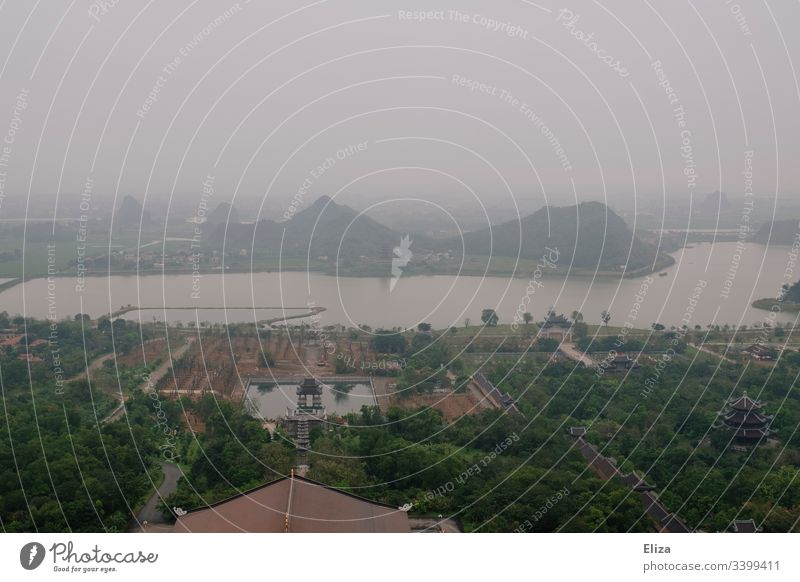 Aussicht auf die buddhistische Tempelanlage Bai Dinh Pagoda in Vietnam riesig Landschaft grün weitläufig Asien Ferien & Urlaub & Reisen Religion & Glaube