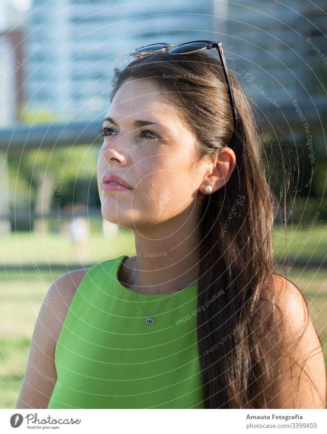 Frauenporträt im Sommer mit grünem Hemd im Freien Porträt hübsch Schönheit Tageslicht Sonnenuntergang grünes Hemd Shorts Körper professionell Fotografie Model