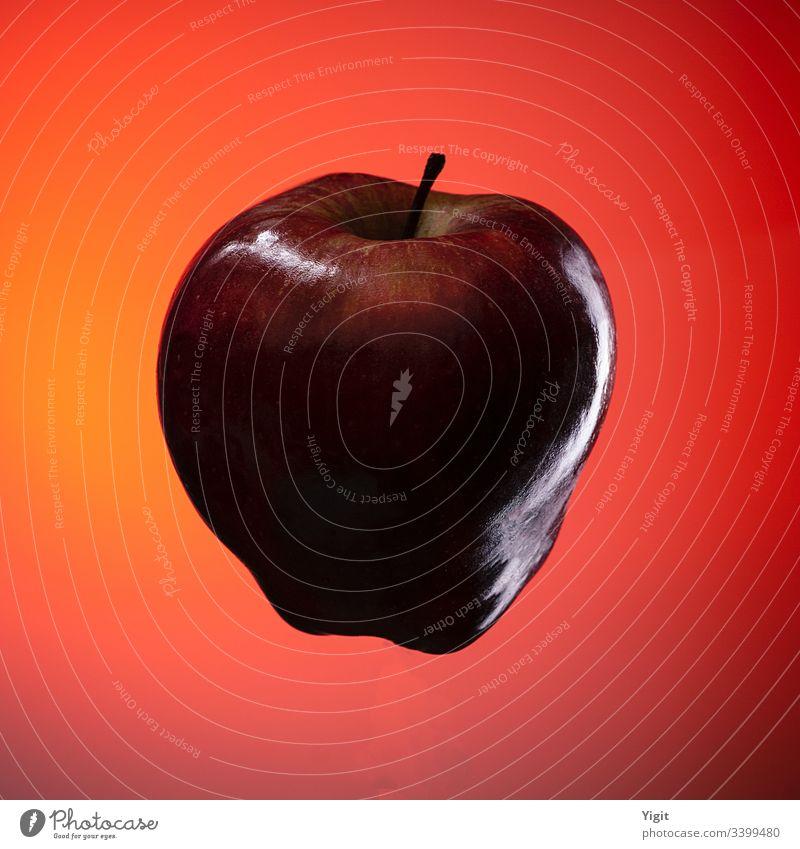 Isolierter roter Apfel auf orange-rotem Farbverlaufshintergrund Essen Hintergrund hell lecker Diät Lebensmittel frisch Frische Frucht Gesundheit vereinzelt
