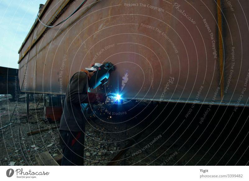 Schweißer auf einer Schiffswerft Versammlung Gebäude Konstruktion Dock Dockarbeiter schwer industriell Industrie Job Arbeiter Flugzeugwartung maritim Metall