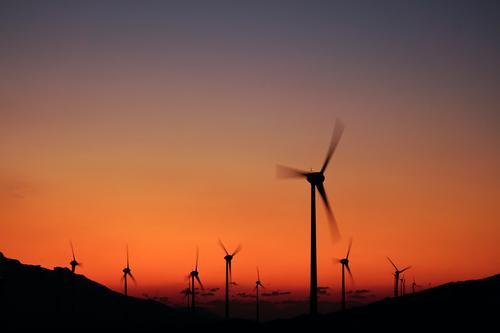 Silhouetten von Windkraftanlagen in der Dämmerung alternativ elektrisch Elektrizität Energie Umwelt umgebungsbedingt Bauernhof Generation Erzeuger industriell