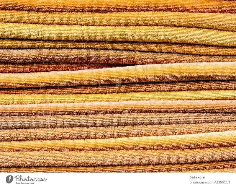 Stapel gelbe Handtücher Haufen Handtuch Sauberkeit orange Farbe Bad Wäscherei Hintergrund Textur weich Gewebe trocknen Baumwolle Wischen Objekte Dusche