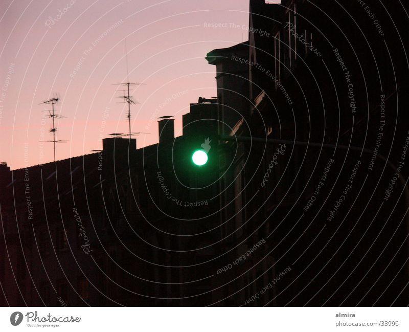 Ampelfreuden Sonnenuntergang Dämmerung Nacht Dach Haus Verkehr Abend grüne Ampel Lampe Silhouette rosa Himmel