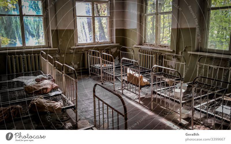 leere Kinderbetten in einem verlassenen Kindergartenhaus mit abblätternden Wänden in Tschernobyl Verlassen verlassenes Haus verlassener Kindergarten Unfall