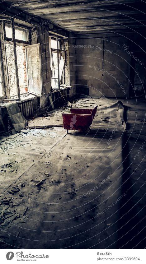 alter Stuhl gegenüber dem offenen Fenster in einer Ruine eines verlassenen Hauses in Tschernobyl Ukraine Verlassen verlassene Stadt Unfall schlechte Ökologie
