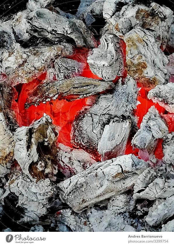 Glühkohlen in rötlichen und orangefarbenen Tönen heiß niemand Temperatur schwarz Nahaufnahme Lagerfeuer ember Textur Funken erwärmen Feuer flammend in Flammen