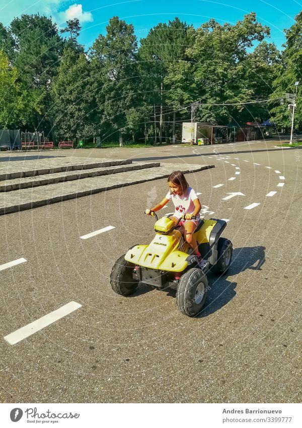 Kleines Mädchen am Steuer PKW Fahrrad Umarmen im Freien Schule aktiv Urlaub Fröhlichkeit Freundschaft Menschen Person jung Mitfahrgelegenheit Sommer heiter