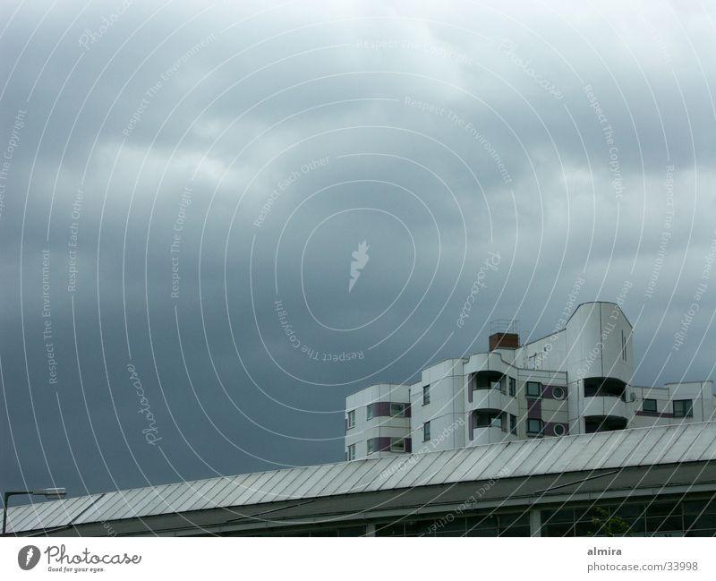 gleich geht`s los Wolken grau Regen Architektur Beton Hochhaus bedrohlich Sturm Gewitter