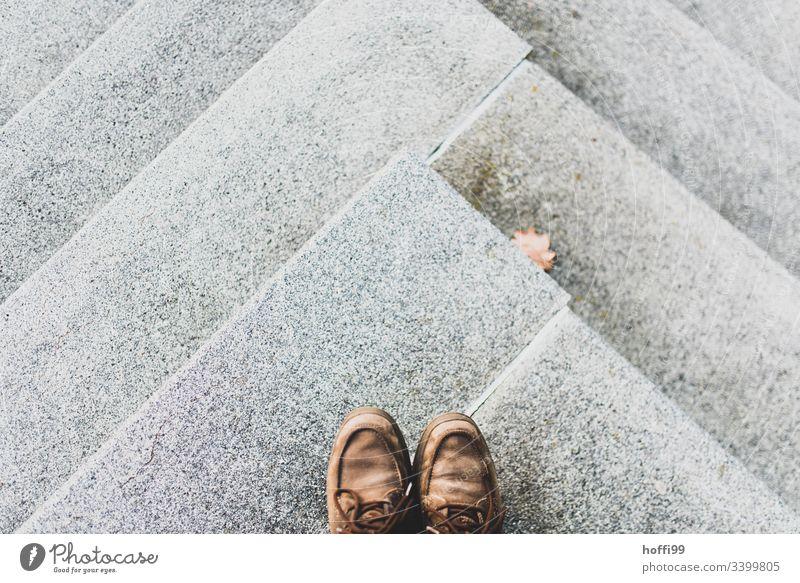 Betontreppe mit alten Schuhen stehen Beine Symmetrie Vogelperspektive Treppe Stadt Höhenangst Perspektive Wege & Pfade Kunst abstrakt Experiment Muster