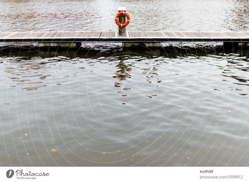 Rettungsring auf Steg an Anlegestelle Wasser See Holz Wasserfahrzeug Natur Hafen ruhig Küste Stimmung Morgen Reflexion & Spiegelung maritim Wasseroberfläche
