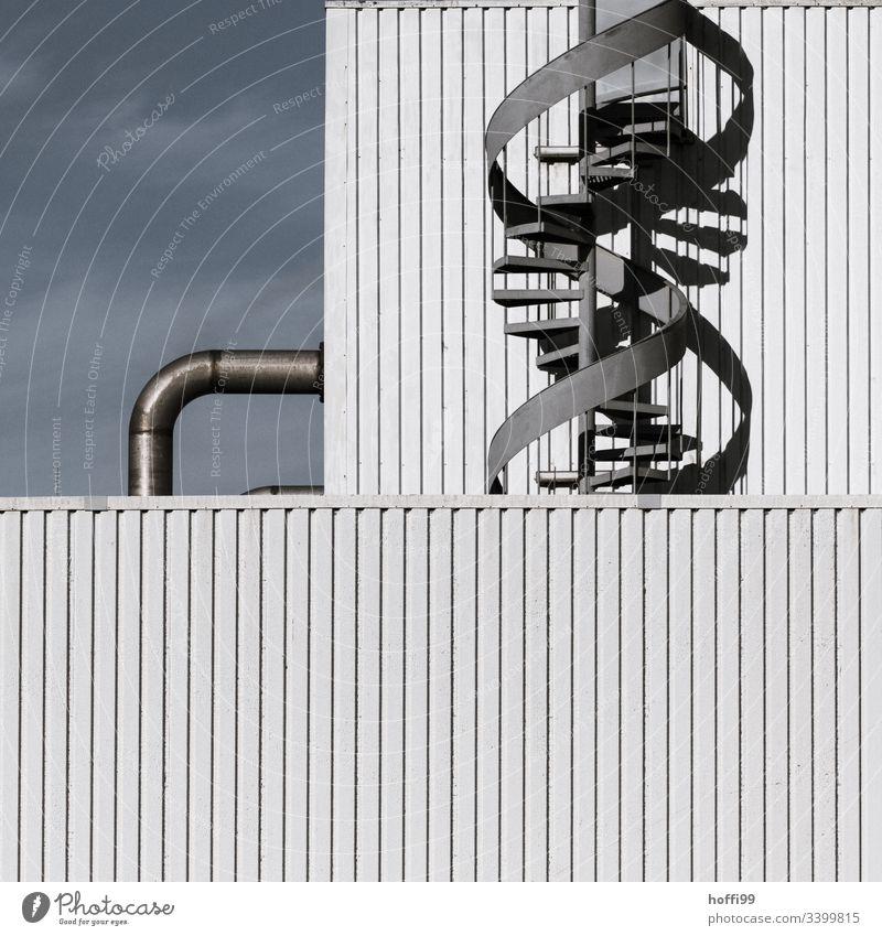 Wendeltreppe mit Rohrleitung an Industriefassade Notausgang Fassade Stahl Industrieanlage Lagerhalle Treppe Rohranlage Abluftklappe Abluftöffnung Abluftrohre