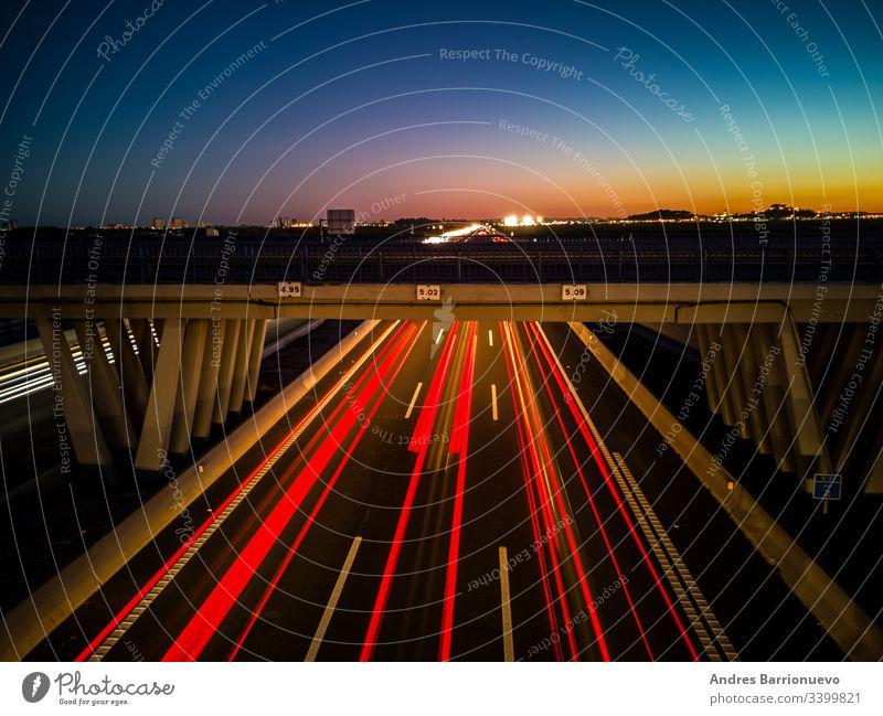 Blick auf die Autobahn bei Sonnenuntergang lang Hintergrund Fernstraße Bewegung reisen Scheinwerfer dunkel schnell Verkehr Belichtung rot Licht PKW Nacht