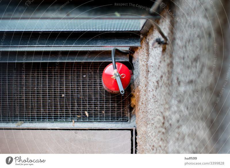 Feuerlöscher von oben rot Pulverlöscher Brandschutz Wand Feuerwehr Sicherheit löschen Notfall bedrohlich brennen gefährlich