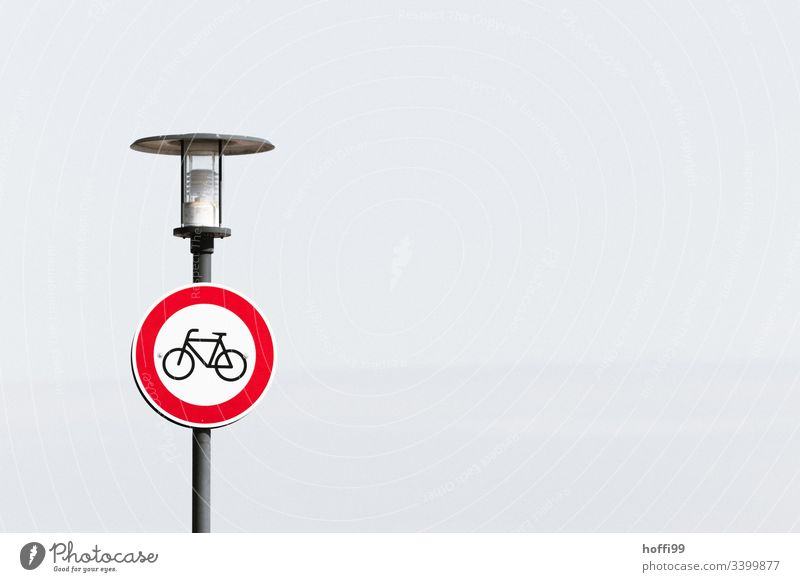 Durchfahrt für Fahrrad verboten Verkehrsschild Durchfahrtsverbot Durchfahrt verboten Radweg Verbote Straßenverkehrsordnung StVO weißer Hintergrund