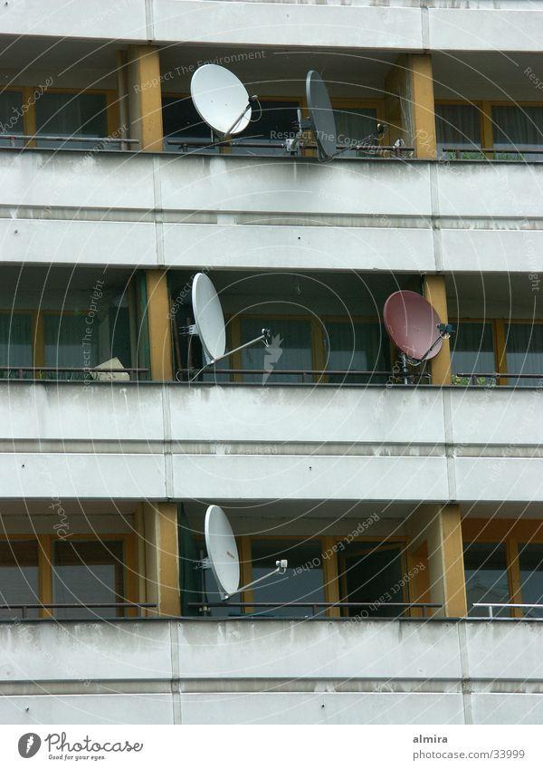 Hauptsache Fernsehen Einsamkeit Traurigkeit Armut Fernsehen Balkon Plattenbau Ghetto Ausländer Medien