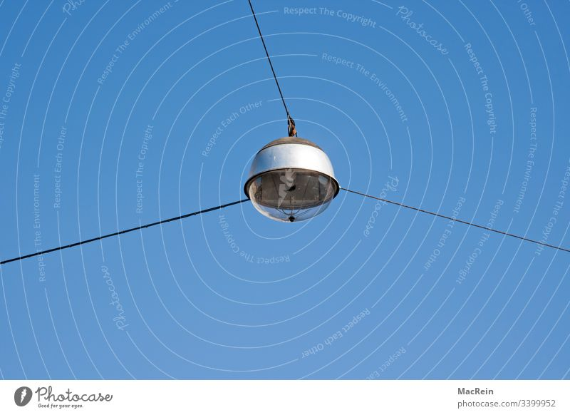 Strassenlampe strassenlampe strassenbeleuchtung himmel blau strassenlaterne glaskuppel spannseile stromkabel