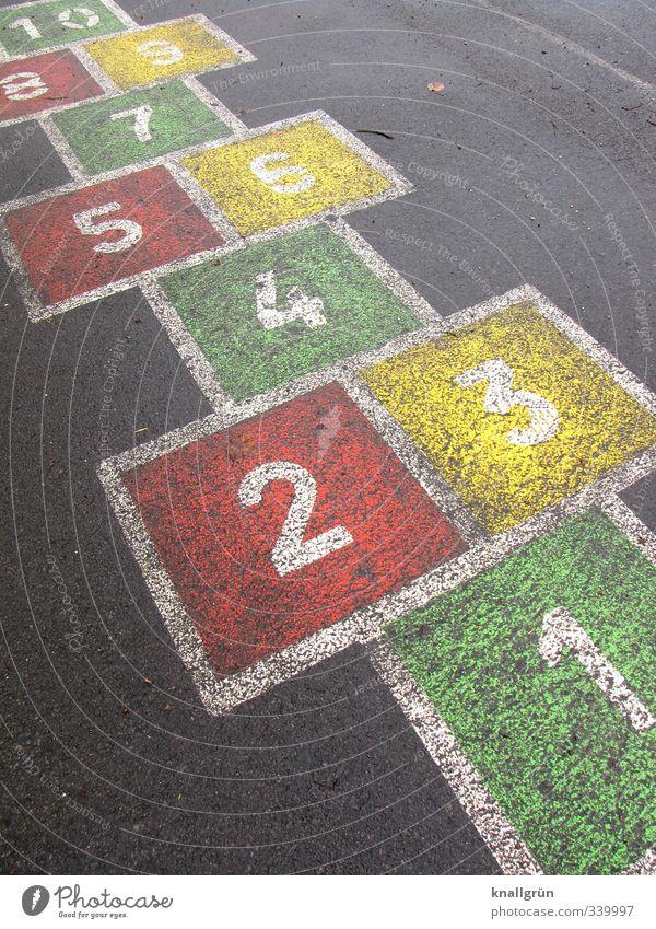 Kinderspiel grün Stadt rot Freude gelb Gefühle Spielen lustig grau Kindheit Fröhlichkeit retro Ziffern & Zahlen Zeichen Vergangenheit eckig