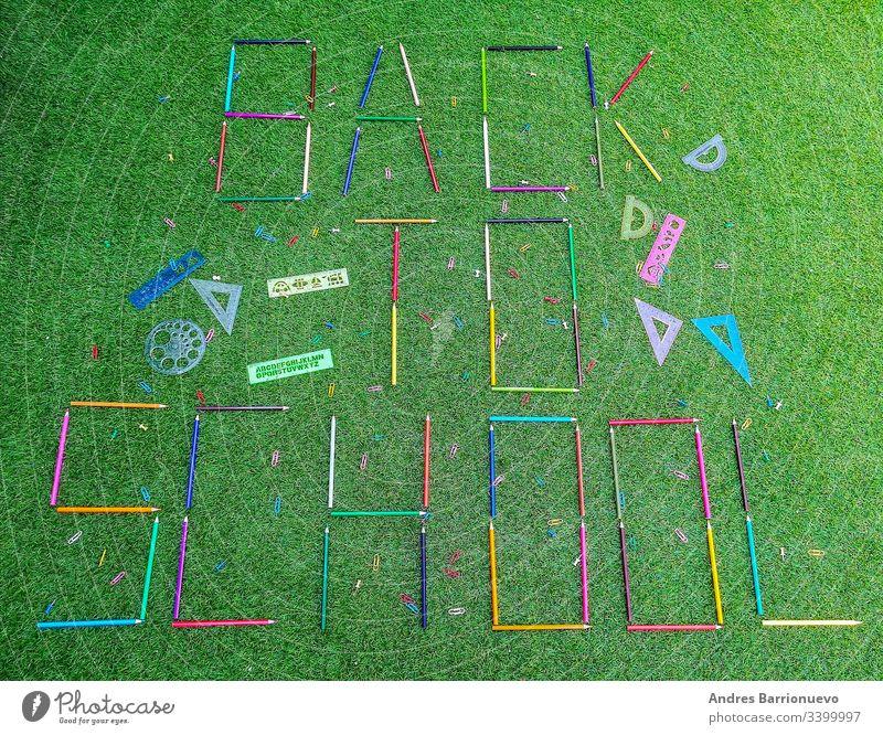 Schulmaterial in Komposition auf Grashintergrund Spiel Klassentafel Konzept Kind Bildung Mathematik Tafel Element dekorativ kreisen Nummer Muster lernen kreativ