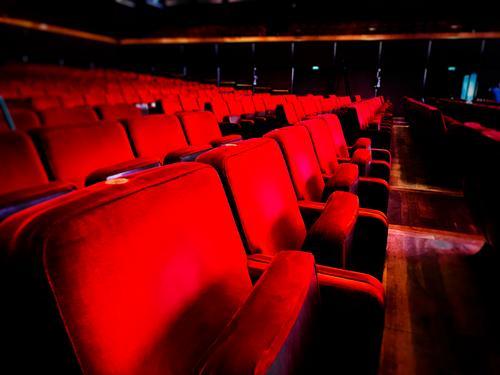 eine Reihe von leeren roten Samtsesseln in einem Auditorium. Sitz Stuhl Filmtheater In einer Reihe keine Menschen Theatervorstellung Entertainment