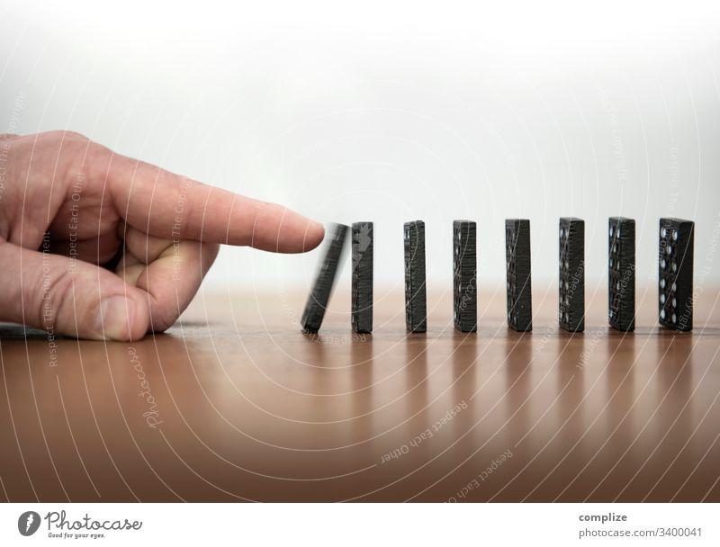 Stein des Anstoßes - Dominosteine umstoßen Kettenreaktion domino stop stoppen beenden Infektion kette halt anhaltend Hand Reaktion Business Karriere resolution