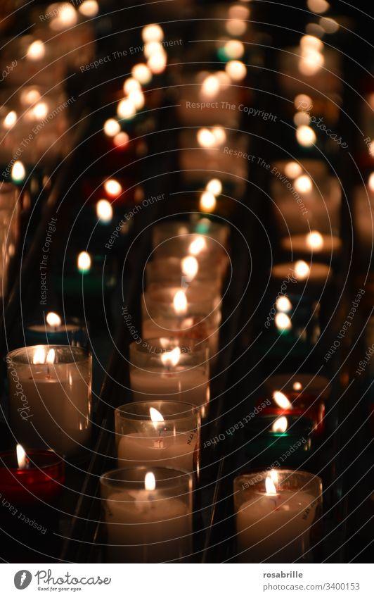 leuchtende Gebete Symbol Licht Kirche brennen Flamme Feuer religiös Christentum angezündet viele Dunkelheit erhellen symbolisch Glauben Spende Tradition Reihen