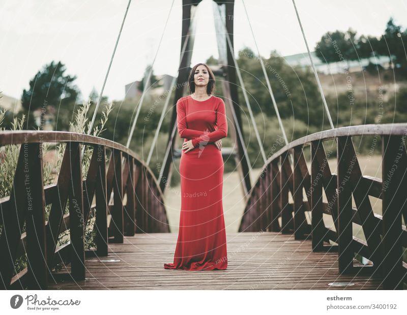 elegante junge Frau auf der Brücke Junge Frau schön ausgezeichnet träumen träumend Träume Mode frei Feiertage Selbstständigkeit Freude Lifestyle anspruchsvoll