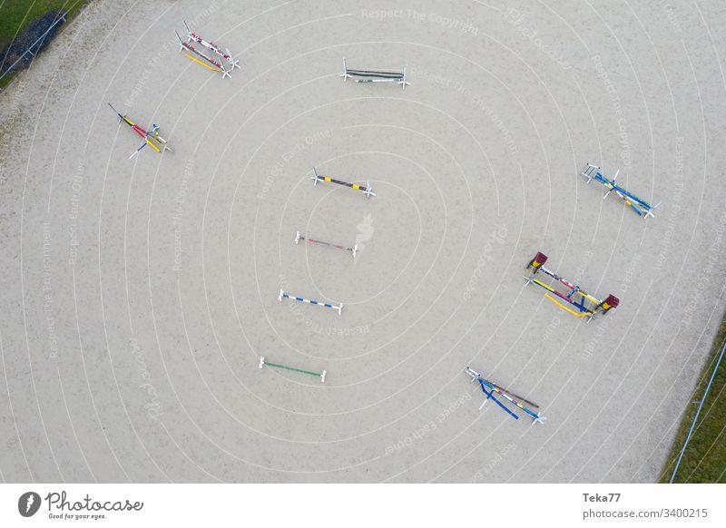 #Pferdehindernisse von Oben 1 pferd pferde sand holz oben von oben grau drone reitsport Springerstiefel springreiten
