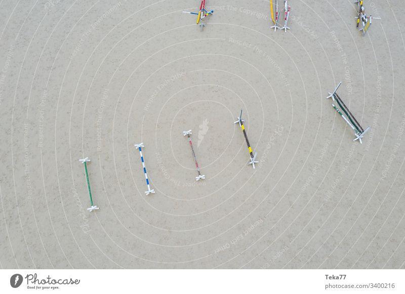 #Pferdehindernisse von Oben 2 pferd pferde sand holz oben von oben grau drone reitsport Springerstiefel springreiten