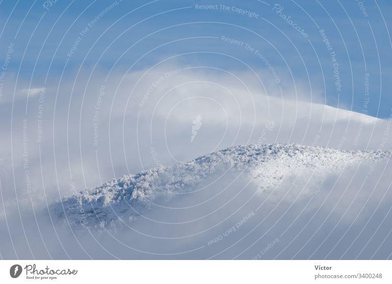 Verschneite Berge. Pyrenäen. Huesca. Aragonien. Spanien. aragonisch Cloud Wolken kalt Farbe Farben Nebel Wald Wälder frieren gefroren hoch Eis Landschaft