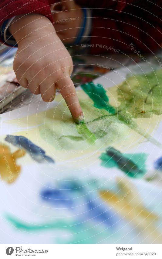 Bitte dem grünen Streifen folgen Mensch Kind blau grün Hand Farbstoff Kindheit lernen Finger berühren malen Bildung Kleinkind Kindergarten Kindererziehung Zeigefinger