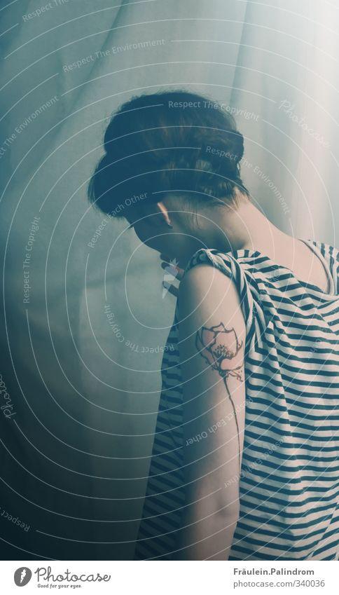white stripes. Mensch Frau Jugendliche Einsamkeit Blume ruhig Junge Frau Erwachsene kalt feminin 18-30 Jahre Haare & Frisuren Denken Arme Nebel Rücken