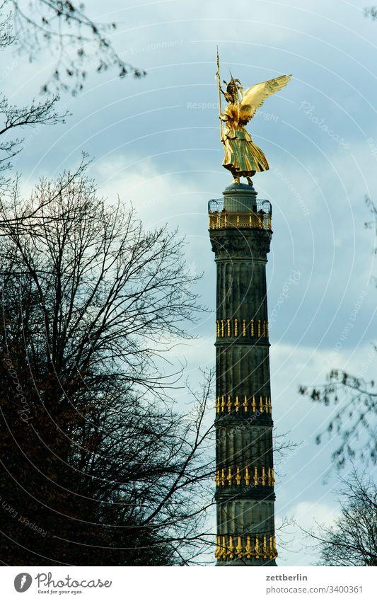 Siegessäule aus der Fasanerieallee außen baum berlin blattgold charlottenburg denkmal deutschland else figur frühjahr frühling goldelse großer stern hauptstadt