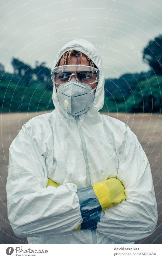 Mann mit bakteriologischem Schutzanzug beunruhigt bakteriologischer Schutzanzug Schutzmaske covid-19 Coronavirus Seuche Schutzbrille Schutzhandschuhe Gerät