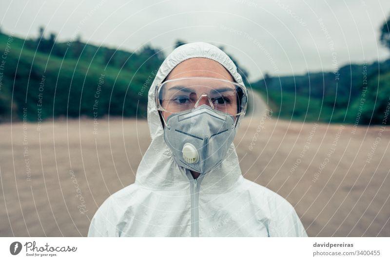 Frau mit bakteriologischem Schutzanzug Gesichtsmaske bakteriologischer Schutzanzug covid-19 Coronavirus Seuche Schutzbrille 2019-ncov Gerät Pandemie Schutzmaske