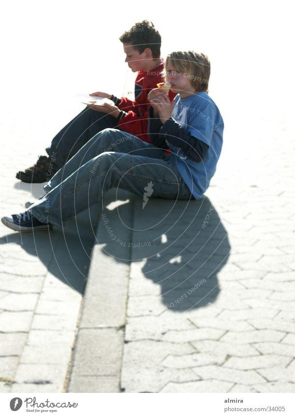 Pause Mann Jugendliche Ernährung Straße Junge sitzen Pause Appetit & Hunger Mahlzeit