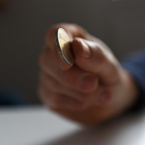 Ich gebe dir 2,- € geben trinkgeld bezahlen Bezahlung lohn betteln nächstenliebe Euro geldstück Münze Hand erfolg gewinn Spielen einwerfen geldspielautomat
