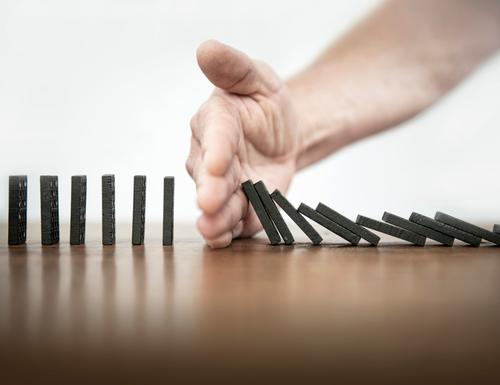 Stop! Kettenreaktion Dominosteine domino stop stoppen beenden Infektion kette halt anhaltend Hand Reaktion Business Karriere resolution resulut einsatz