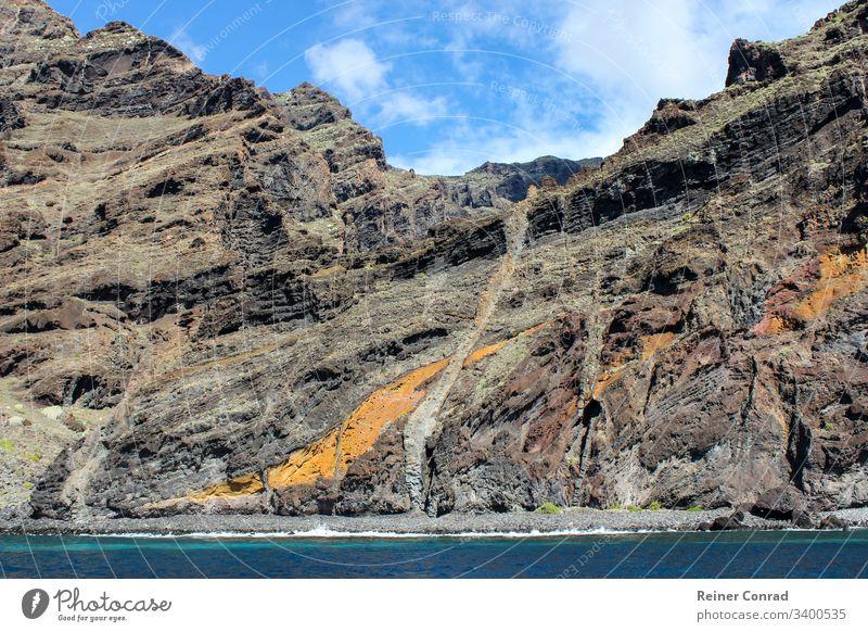 Blick auf die Steilküste von Los Gigantes auf der kanarischen Insel Teneriffa mit Felsen in verschiedenen Farben Küste Kanarische Inseln Spanien Bergkette