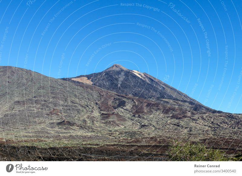 Landschaft rund um den Teide auf der Kanareninsel Teneriffa Teide-Nationalpark steinige Landschaft Kanarische Inseln Spanien Blauer Himmel Urlaub Bergkette